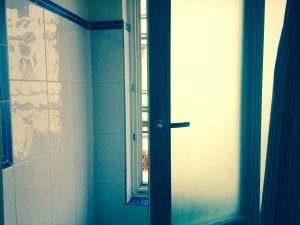 Schimmel im Badezimmer Fenster